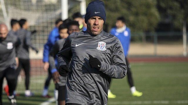 Arjantinli futbolcu Carlos Tevez, kilolarını vermediği sürece bir daha Shanghai Shenhua'da forma giyemeyecek.
