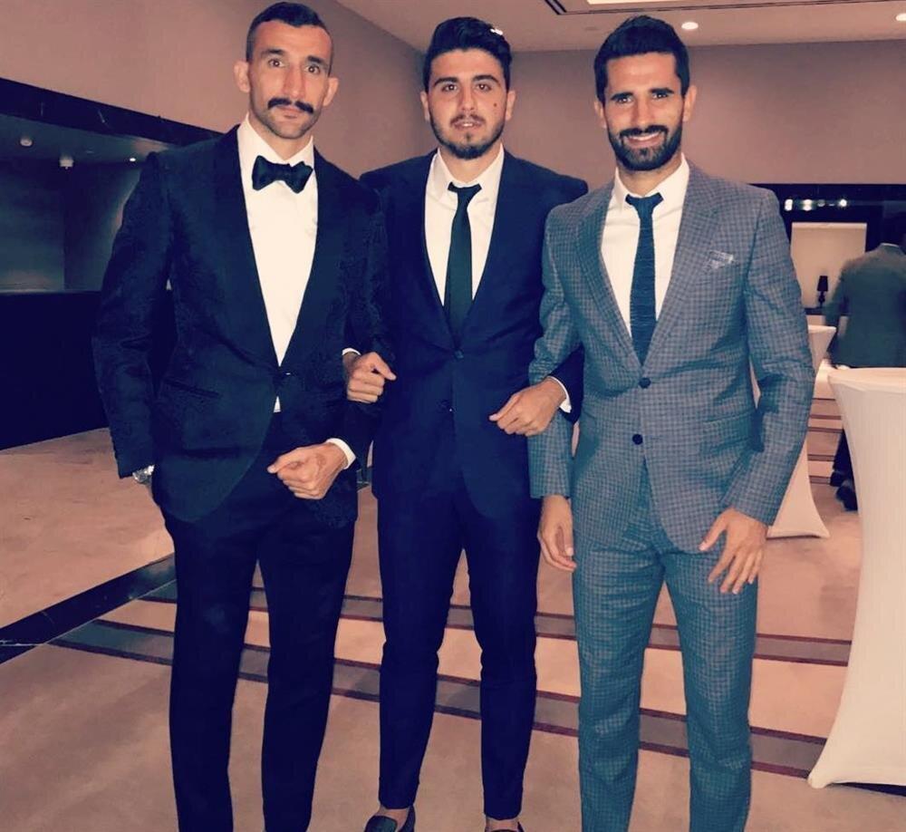 Fenerbahçeli futbolcular dün katıldıkları bir düğünde fotoğraf çektirirken Ozan Tufan da fit görüntüsüyle dikkat çekti.