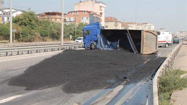 Kocaeli'de asfalt yüklü kamyon devrildi: 1 yaralı