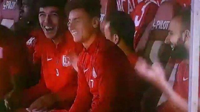 Stat hoparlöründen çalan müzik Balıkesirsporlu futbolcuları güldürdü.