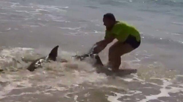 Köpek balığını kuyruğundan tutup böyle sürükledi
