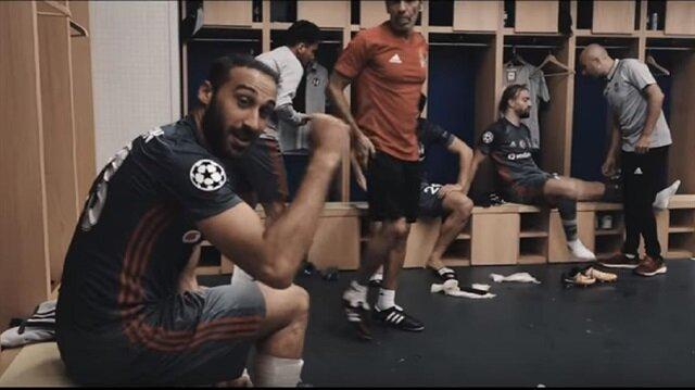 Babel soyunma odasında Porto'ya karşı müthiş bir gole imza atan Cenk Tosun'u tebrik etti.