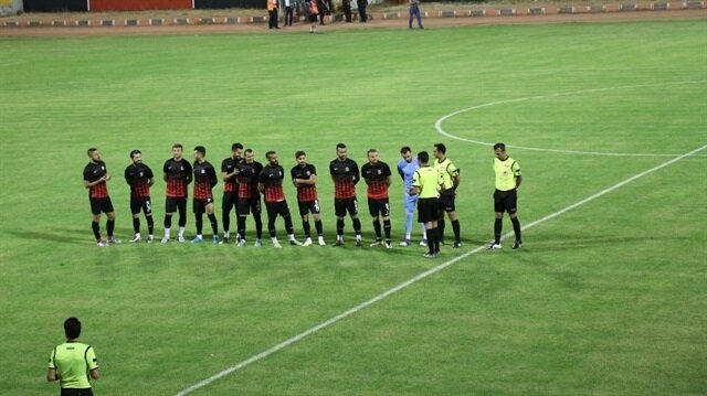 Van Büyükşehir Belediyesporlu futbolcular ve hakemler maç saatine kadar bekledi.