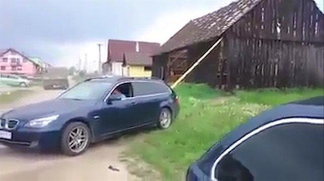 BMW sürücüsü otomobiliyle evi yıkıyor
