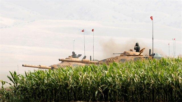 Karelerde birçok tankın tozu dumana katarak aynı anda manevra yapması dikkatleri çekiyor.