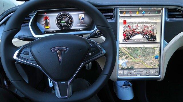 Tesla otomobilin ön paneli.