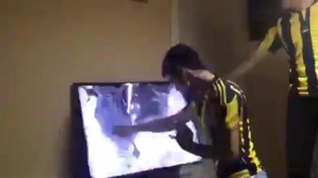 Ozan'a sinirlenen taraftar televizyonu yumrukladı