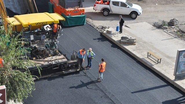 Kars'ın en işlek caddelerinden birisi olan Faikbey Caddesi, alt yapı ve yol söküm çalışmalarının tamamlanmasının ardından Karayolları 18. Bölge Müdürlüğü'nce sıcak asfalt çalışmalarına başladı.
