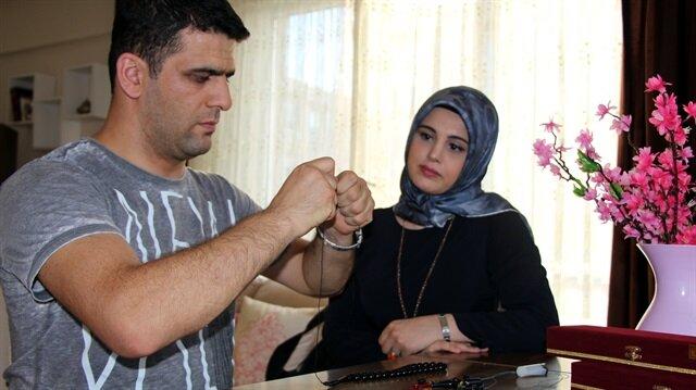 Gündoğan çifti, yaptıkları tespihlerin satışından elde ettikleri gelirle geçimlerini sağlıyor.