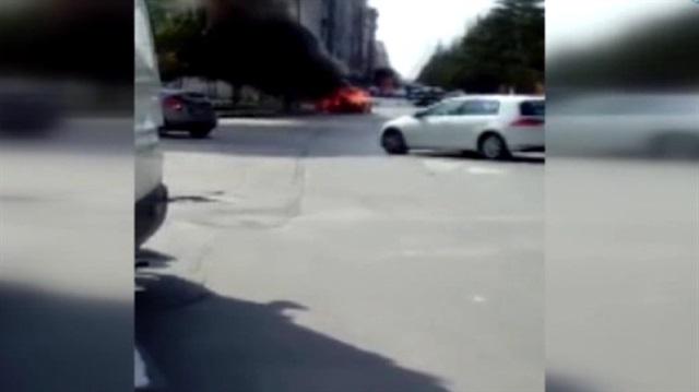 Seyir halindeki araç alev alev böyle yandı