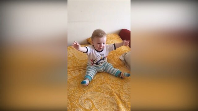 Erik dalı gevrektir ile çoşan sevimli bebek