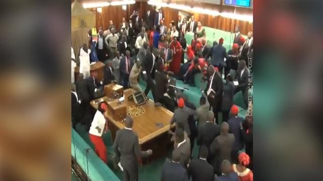 Meclis karıştı, sandalyeler havada uçuştu