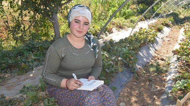 Şeyma Nur Esen, çilek ve tütün tarlalarında çalışarak kitap  yazdı.