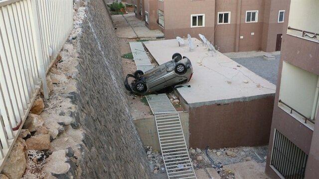 Otomobil 5 metre yükseklikten evin çatısına uçtu