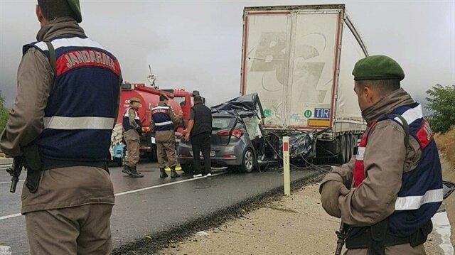 Otomobilin TIR'a çarpması sonucu bir kişi öldü, 3 kişi de yaralandı.