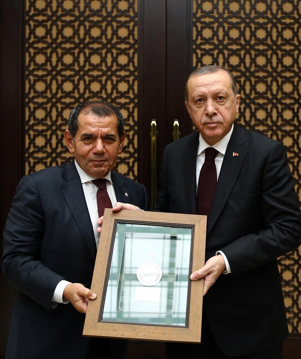 Toplantı sonunda Kulüpler Birliği Başkanı Dursun Özbek, Cumhurbaşkanı Erdoğan'a bir plaket hediye etti.