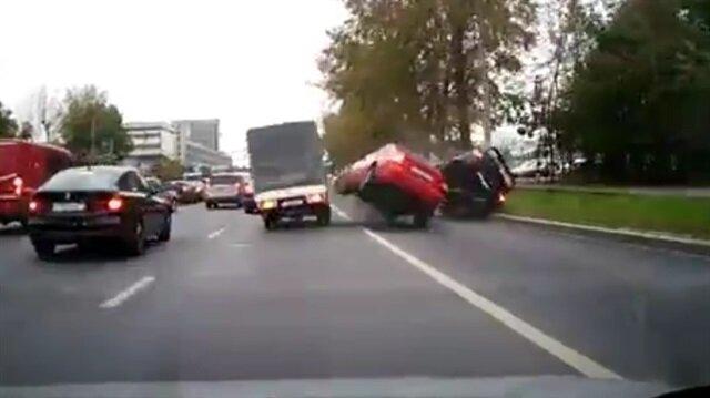 İki acemi sürücünün inanılmaz kazası kamerada