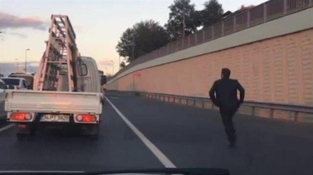 İstanbul'da otobüse yetişmeye çalışan adamın azmi