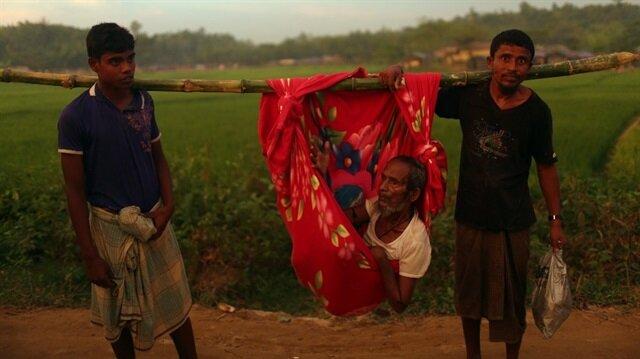 Arakanlı kardeşler hasta babalarını 18 gün omuzlarında taşıdı