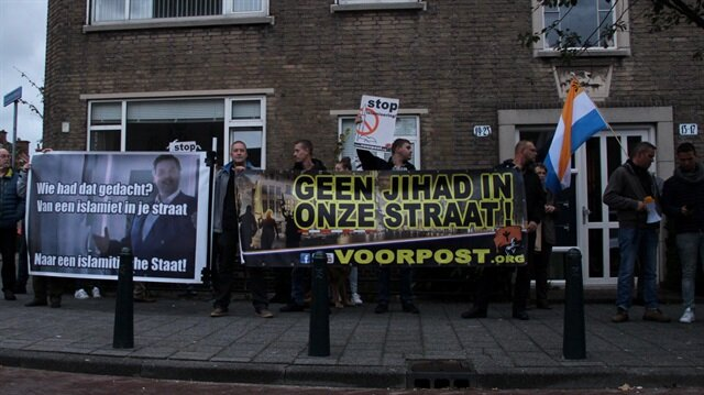 """İslam karşıtı Voorpost hareketi mensupları, """"Hollanda'da İslam'ı ve camileri istemiyoruz"""" ifadelerini kullandı."""