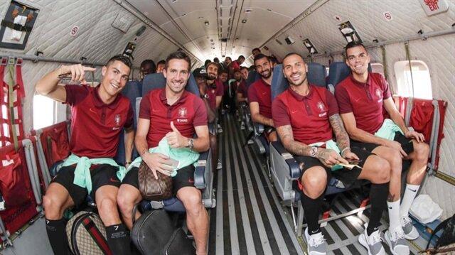 Portekizli futbolcular askeri uçağın içerisinde bol bol fotoğraf çektirdi.