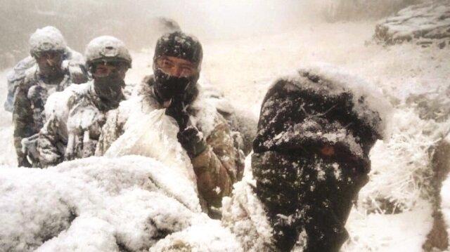 Mehmetçik, zorlu tabiatı ile baş döndüren dağda kar ve tipiye aldırış etmeden harekatı sürdürüyor.