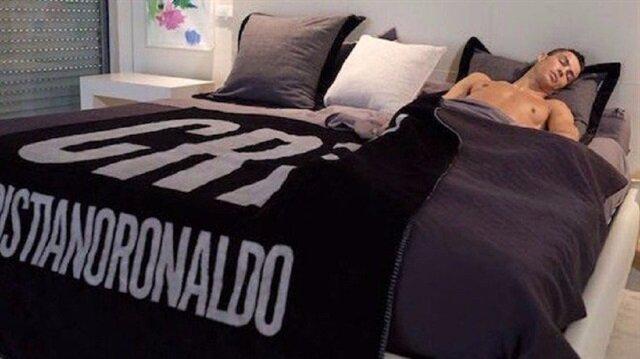 Uyku hocası tutan Cristiano Ronaldo, 5 taksitte 7,5 saat uyuyor.