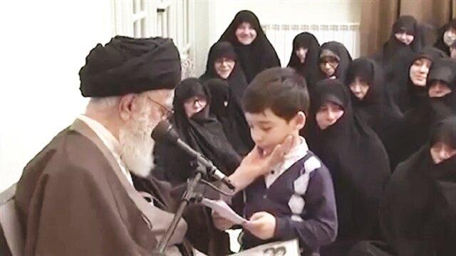 """Azeri kökenli Ayetullah Hamaney ise """"Okulda ve sokakta Farsça öğretiliyor. Siz de evde Türkçe öğretin, her ikisini de bilsin"""""""