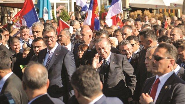 """Sancaklılara hitap edeceği alana Vucic ile gelen Erdoğan'a halk, bir süre """"Sultan Erdoğan"""" diye tezahüratta bulundu."""