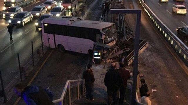 Küçükçekmece'de servis aracı metrobüs yoluna girdi trafik durma noktasına geldi.