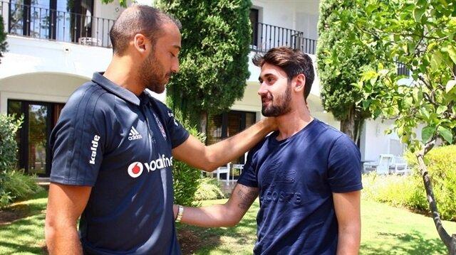 Beşiktaş'ta Cenk Tosun, genç oyuncu Orkan Çınar'la konuşurken.