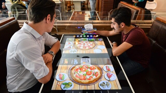 إيران.. مطعم روبوتي يحظى باهتمام كافة الفئات العمرية