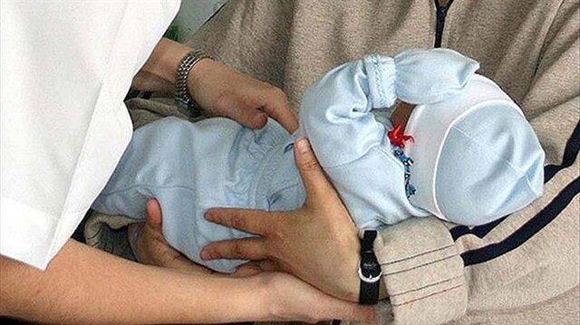 Evlat edinilen bebekler için özel yöntemlerle anne memesinin sağdırılarak sütün gelmesi sağlandı.