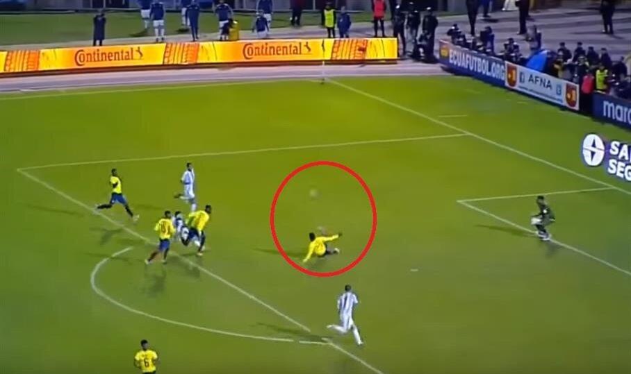 Üçüncü golde Aimar, Messi'nin aşırtma yaptığı vuruşa kayarak müdahale etmeye çalıştı.