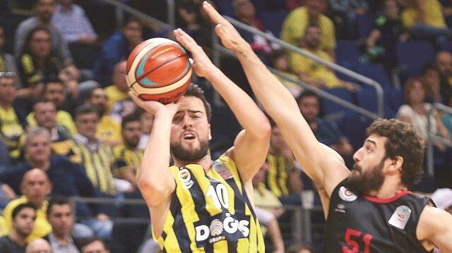 Fenerbahçe potada farka koştu