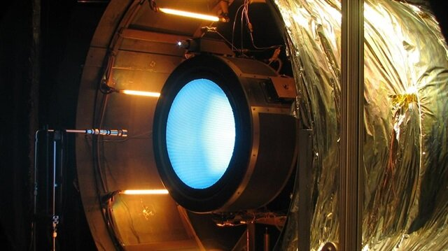 NASA'nın yeni buluşu olan iyon püskürtmeli roketler mavi ışık çıkarıyor.