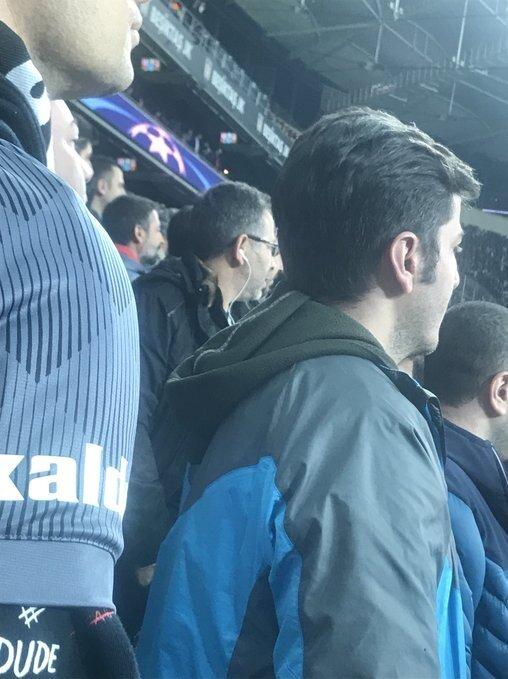 <a href='/besiktas/'>Beşiktaş</a>lı bir taraftar ıslık sesinden kulaklarını korumak için maçı kulaklıkla takip ediyor.