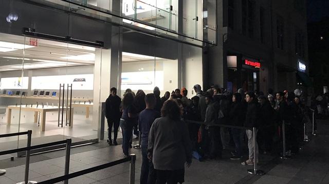 Apple Store önünde bekleyen kalabalık.
