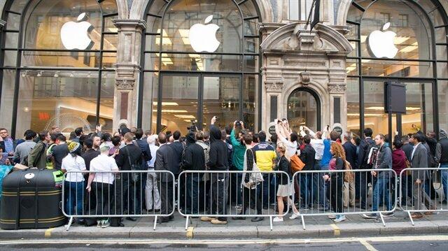 Sahte Apple Store önünde iPhone X kuyruğu