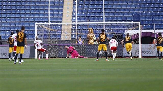 Sivassporlu Arouna Kone'nin Osmanlıspır ağlarına penaltıdan kaydettiği gol anı.
