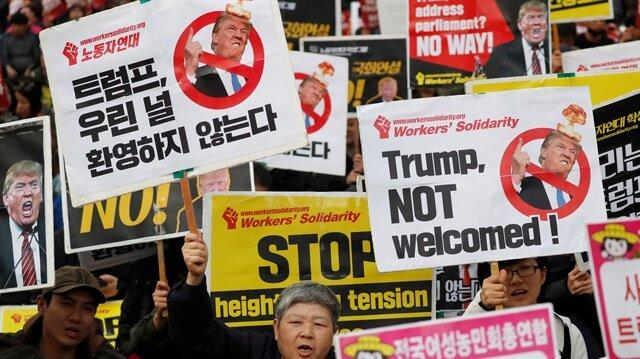 ABD Başkanı Donald Trump, Güney Kore ziyaretinde protesto edildi. Koreliler, 'Hoş gelmedin Trump, savaşını ülkemize taşıma' pankartları taşıdı.
