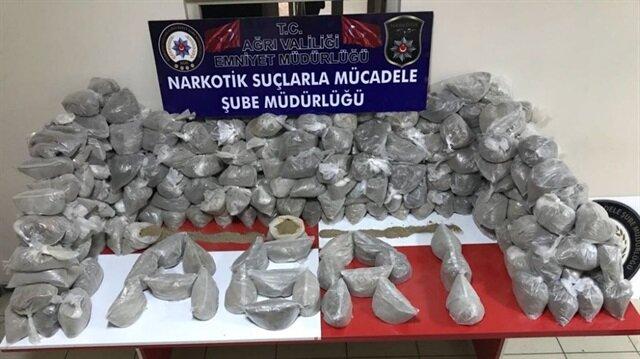 Ağrı Valiliğinden yapılan açıklamaya göre gerçekleştirilen operasyon sonucunda 297 kilo eroin ele geçirildi.