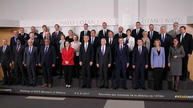 """NATO Savunma Bakanları Toplantısı kapsamında çekilen """"aile fotoğrafı""""nı kadın bakanlar renklendirdi."""