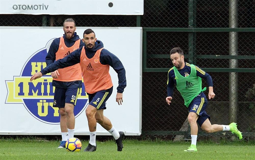 Mehmet Topal'la Aykut Kocaman arasında bir sıkıntının olduğu ve futbolcunun takımdan ayrılmayı düşündüğü iddia ediliyor.