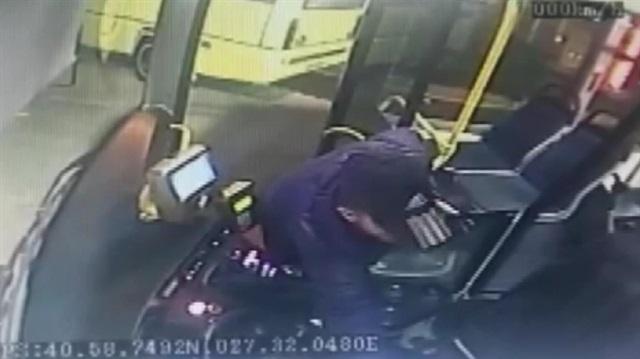 Halk otobüsünde hırsızlık kamerada