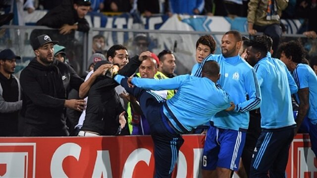 Patrice Evra'nın taraftarını teklemiş ardından kırmızı kart görmüştü.