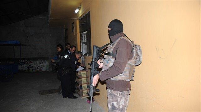 Adana'da özel harekat polislerinin de destek verdiği operasyonlarda, ekipler uzun namlulu silahlarla sokak başlarında güvenlik önlemi aldı.