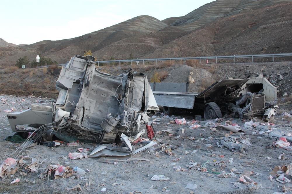 Şarampole devrilen kamyondaki iki kişi ağır yaralandı.