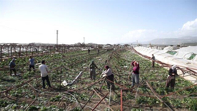 Şiddetli yağış ve fırtına duvarları yıktı, araçları devirdi.