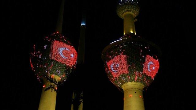 t Kuveyt'in deniz sahilinde yer alan Arap Körfezi Meydanı'ndaki kuleler, Türk bayrağının yansıtılması dolayısıyla kırmızı beyaz renklere büründü.